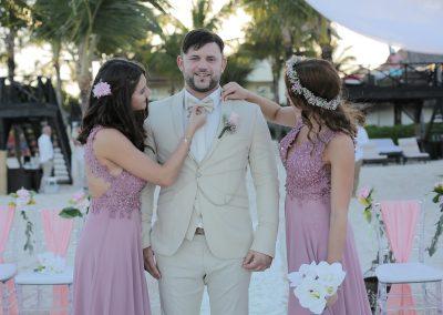 Bräutigam und Trauzeuginnen