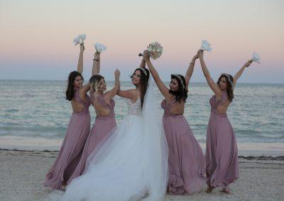 Braut und Brautjungfern am Strand in Punta Cana, Dominikanische Republik