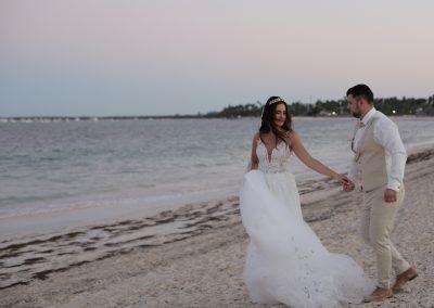 Hochzeitspaar am Strand in Punta Cana, Dominikanischen Republik