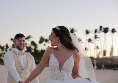 Hochzeitspaar am Strand in Punta Cana, Dominikanische Republik